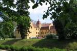 Zamek w objęciach zieleni